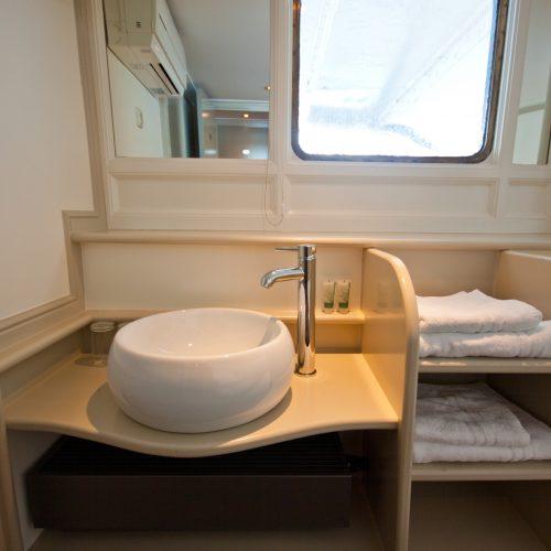 Wastafel en handdoeken in elke hut