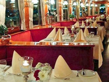 Gedekte tafel & zithoeken op het raderdek Kapitein Anna