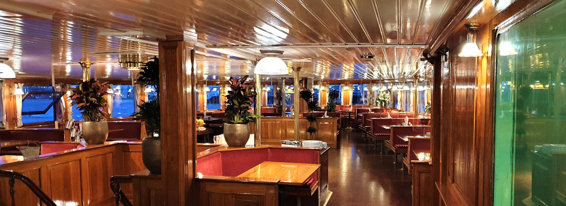 Het nieuwe met planten aangeklede interieur van het à la carte restaurant Kapitein Anna in Amsterdam